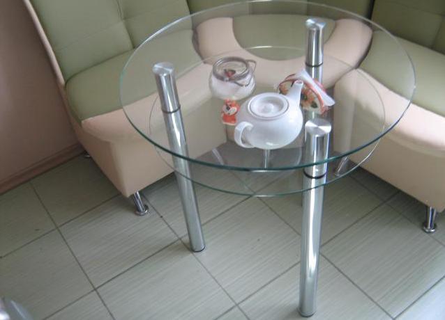 Stekljannyj stolik